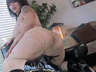 Bigass Trans Babe Wanking On Her Back